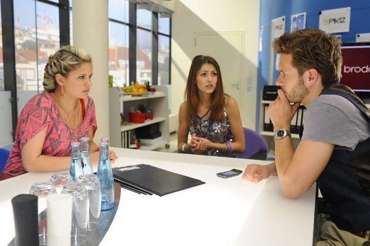 Jessica (Fiona Erdmann, M.) lässt sich bei Mia (Josephine Schmidt, l.) und En...
