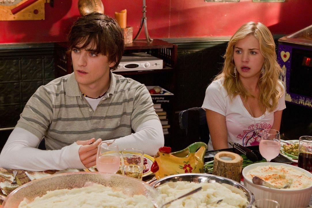 Lux (Britt Robertson, r.) wird von Sam (Landon Liboiron, l.) unter Druck gesetzt: Sie soll Eric dazu überreden, ihm eine gute Note zu geben ... - Bildquelle: The CW   2010 The CW Network, LLC. All Rights Reserved