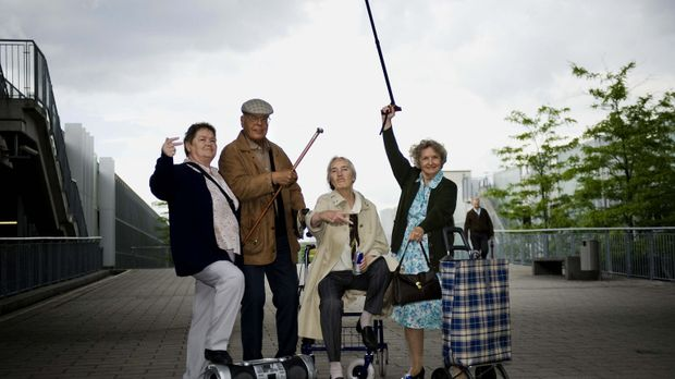 Nehmen junge Leute mit raffinierten Streichen auf die Schippe: Gerda (r.), He...