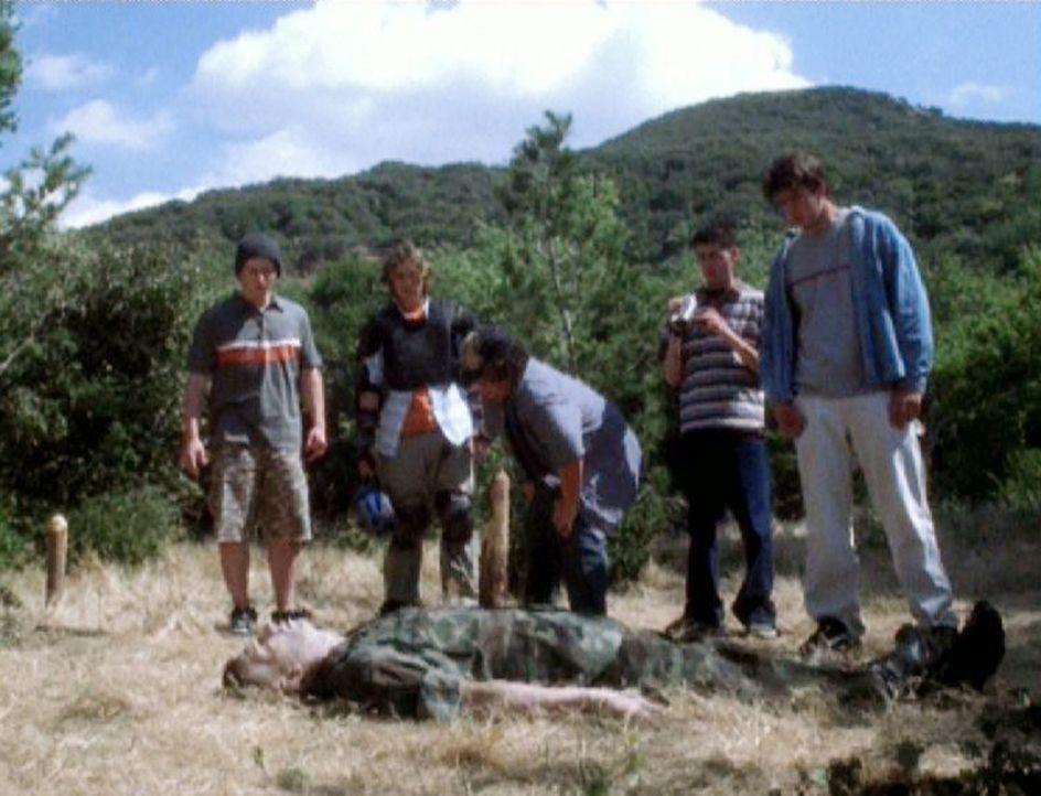 Der Marine Sgt. Thomas Grimm (Kevin Sizemore, liegend) wird, scheinbar von einem Baumstumpf durchbohrt, von ein paar Jugendlichen gefunden... - Bildquelle: CBS Television