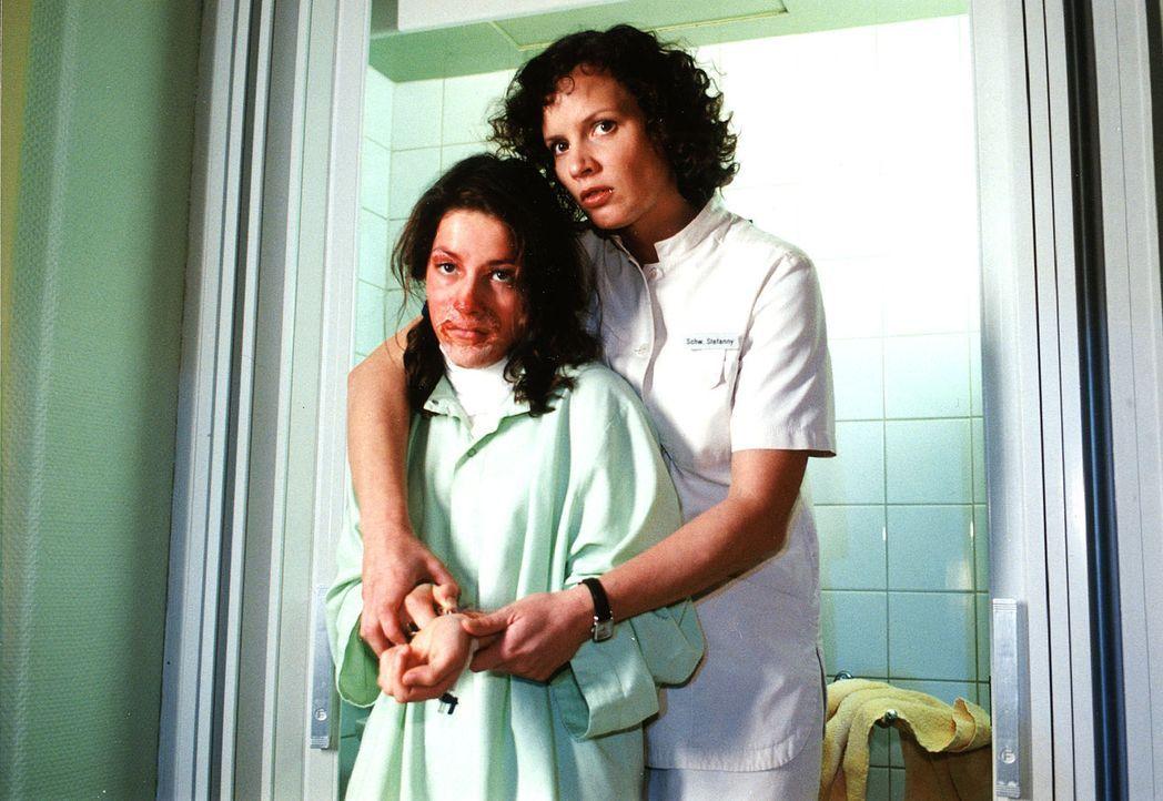 Julia Messmer (Shantia Ullmann, l.) wird mit einer Brandverletzung eingeliefert. Stefanny (Julia Hentschel, r.) vermutet einen Zusammenhang zwischen... - Bildquelle: Noreen Flynn Sat.1
