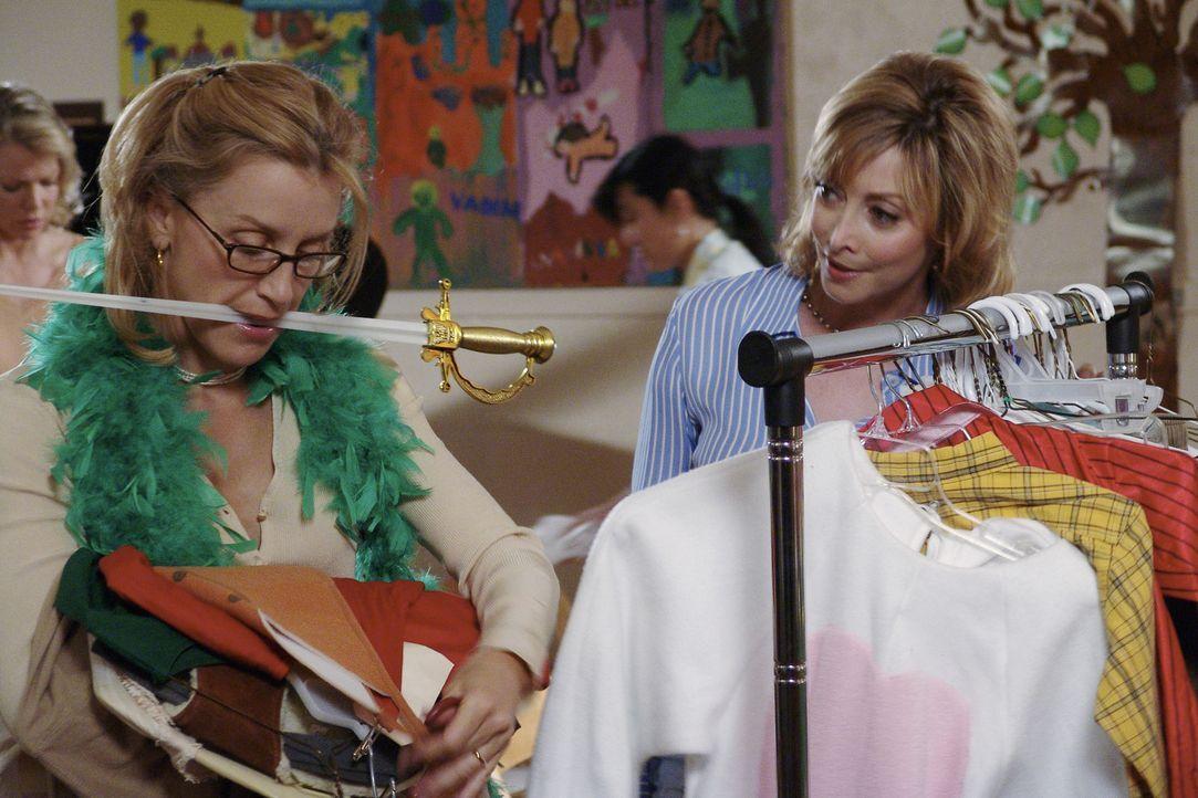 Der Kampf zwischen Lynette (Felicity Huffman, l.) und Maisy (Sharon Lawrence, r.) führt dazu, dass Lynette vor Erschöpfung zu den Tabletten gegen... - Bildquelle: Touchstone Pictures