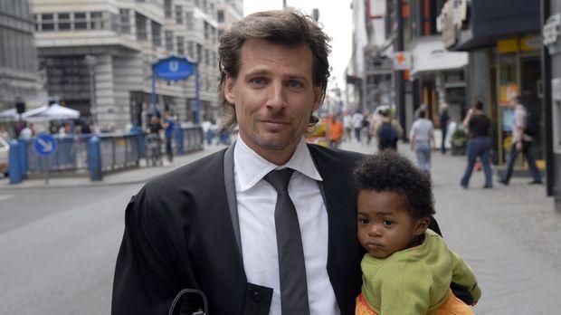 Alex Degen (René Steinke, l.) ist ein erfolgreicher Anwalt in einer renommier...