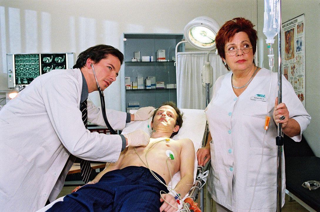 Durch die Rettung der Rollstuhlfahrerin Maja aus einem Kanal hat sich Florian (Rolf Peter Kahl, M.) selbst in große Gefahr gebracht, da er HIV-posit... - Bildquelle: Noreen Flynn Sat.1