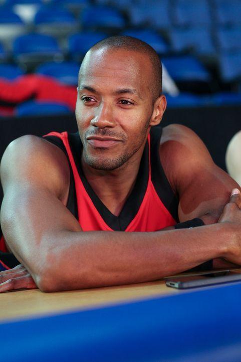 Der Basketballstar Derek Roman (McKinley Freeman) findet Gefallen an einem der neuen Mädchen ... - Bildquelle: Scott Alan Humbert 2013 Starz Entertainment LLC, All rights reserved