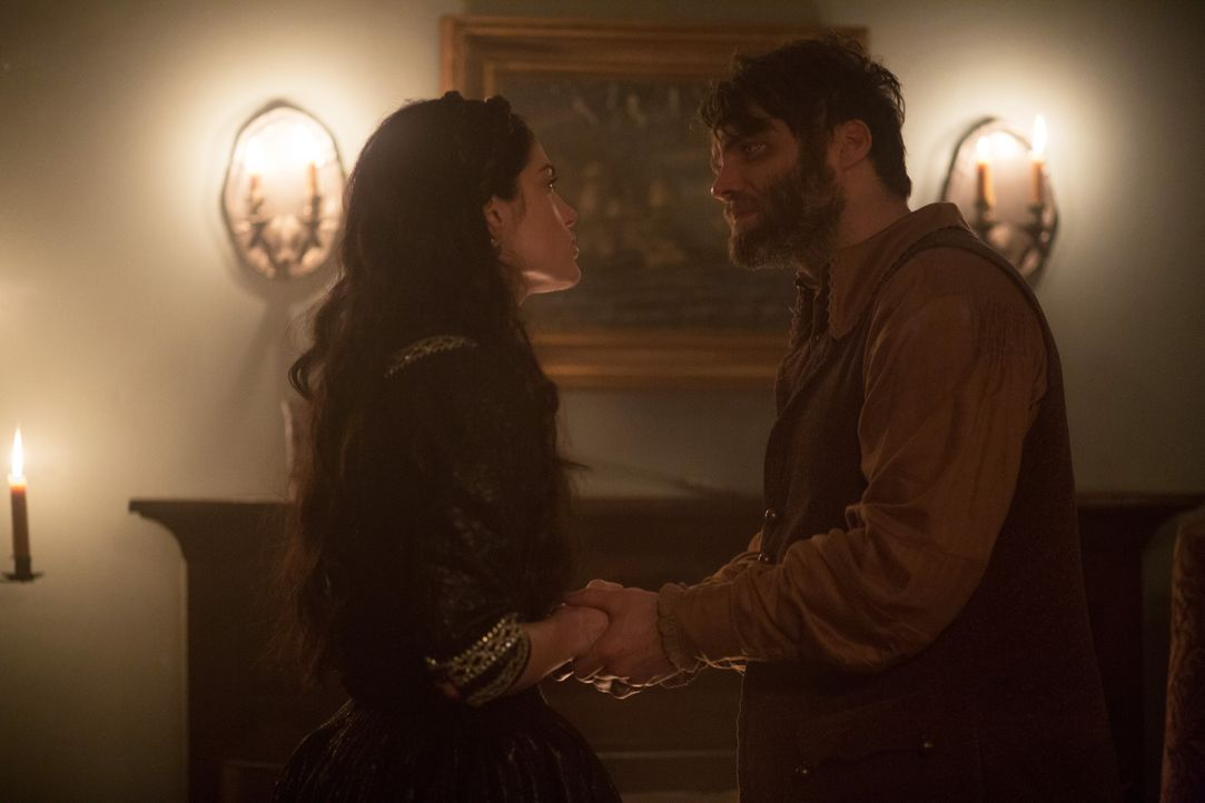 Nachdem die Countess in Salem gelandet ist, versucht Mary (Janet Montgomery, l.), Cotton (Seth Gabel, r.) an seine Aufgabe als Hexenjäger zu erinner... - Bildquelle: 2015 Fox and its related entities. All rights reserved.