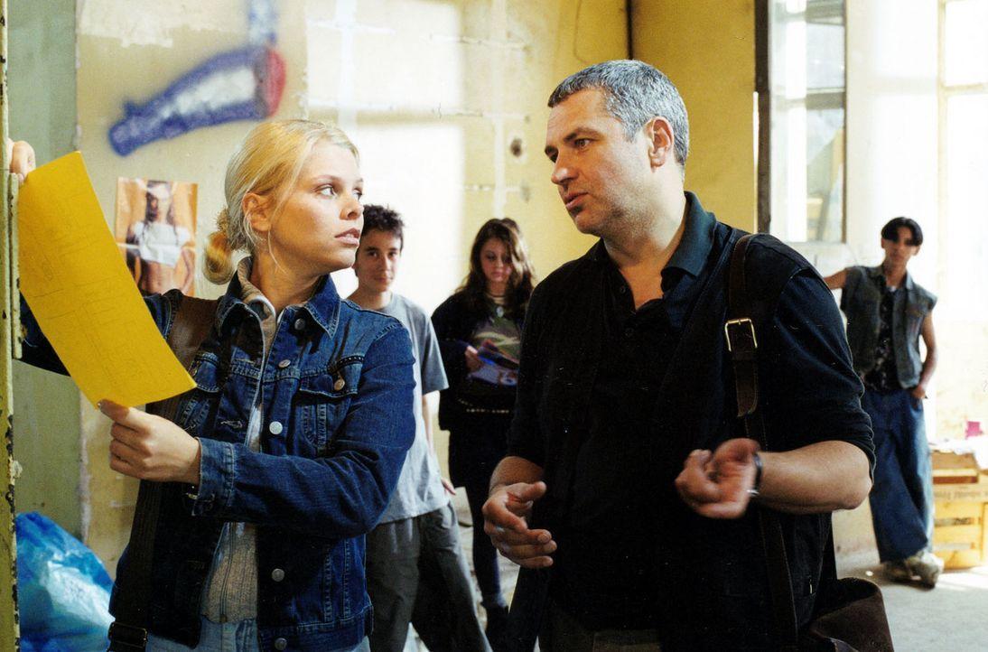 Gemeinsam mit Streetworker Kaulbach (Hansa Czypionka, r.) versucht Natalie (Anne Sophie Briest, l.), Jugendlichen zu helfen. - Bildquelle: Sat.1