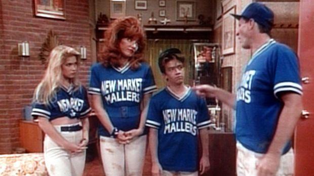 (v.l.n.r.) Kelly (Christina Applegate), Peggy (Katey Sagal) und Bud (David Fa...