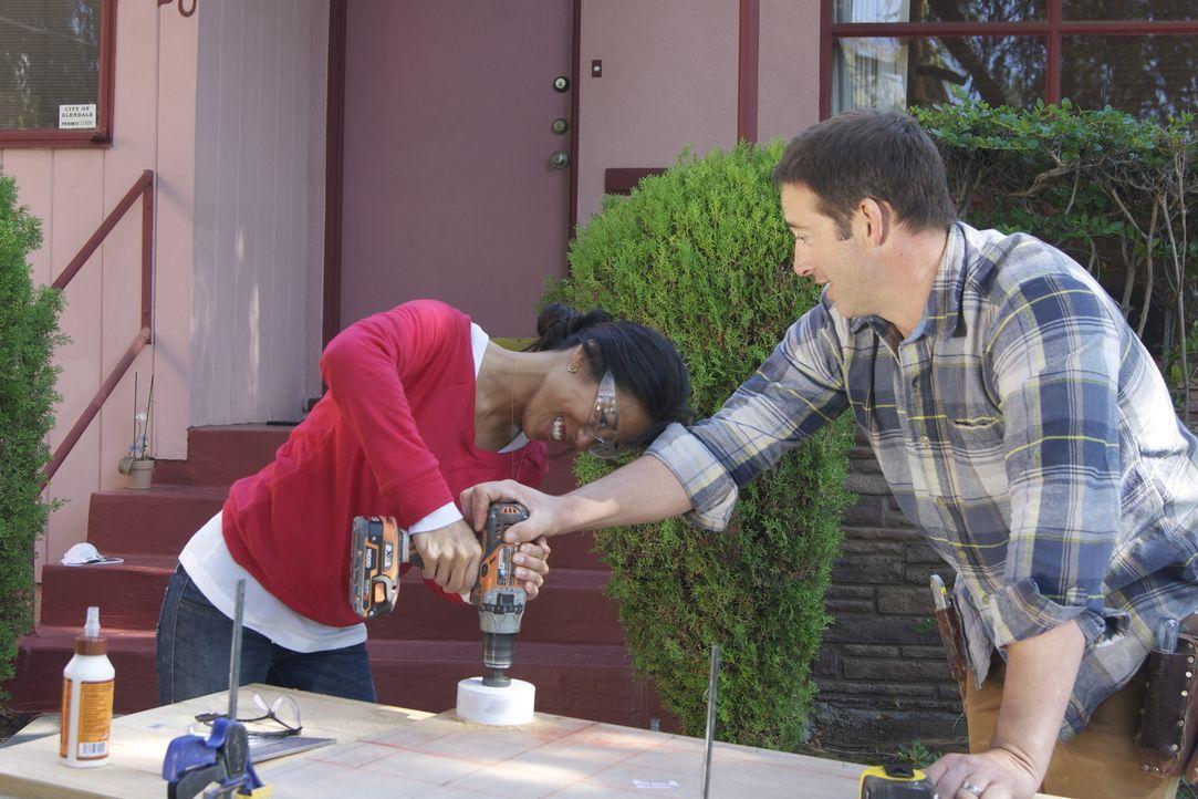 Tyler Lee und Sherille Cruz (l.) wünschen sich ein modernes Entertainment-Zimmer - Josh (r.) hat schon tolle Ideen, die nur noch umgesetzt werden mü... - Bildquelle: 2012, DIY Network/Scripps Networks, LLC. All Rights Reserved.