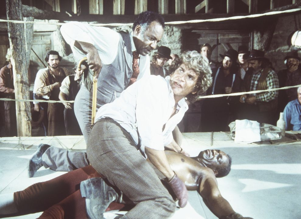 (v.l.n.r.) Manager Moody (Raymond St. Jaques) und Charles Ingalls (Michael Landon) stellen besorgt fest, dass Joe Kagan (Moses Gunn) nach dem K.o.-S... - Bildquelle: Worldvision