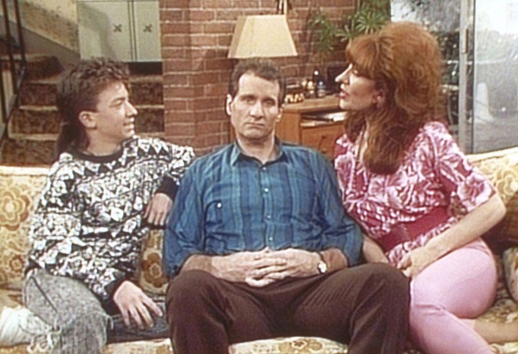 Bud (David Faustino, l.) und Peggy (Katey Sagal, r.) versuchen, Al (Ed O'Neill, M.) zum Kauf eines Computers zu überreden. - Bildquelle: Sony Pictures Television International. All Rights Reserved.