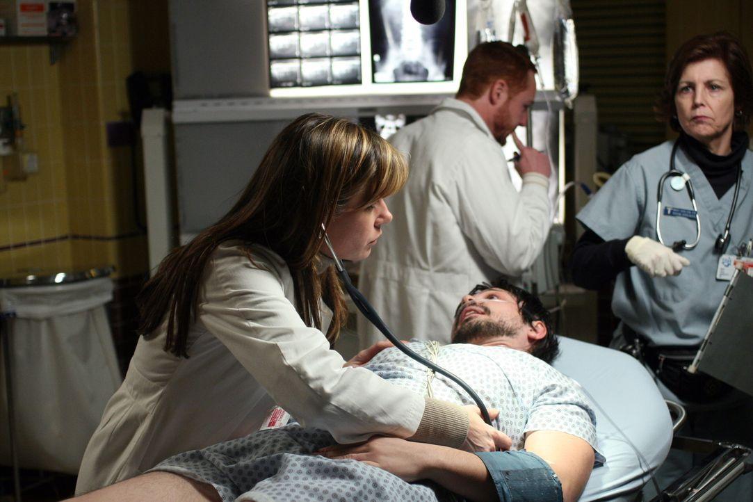 Sind um Simons (Freddy Rodriguez, liegend) Zustand besorgt: Morris (Scott Grimes, M.) und Abby (Maura Tierney, l.) ... - Bildquelle: Warner Bros. Television
