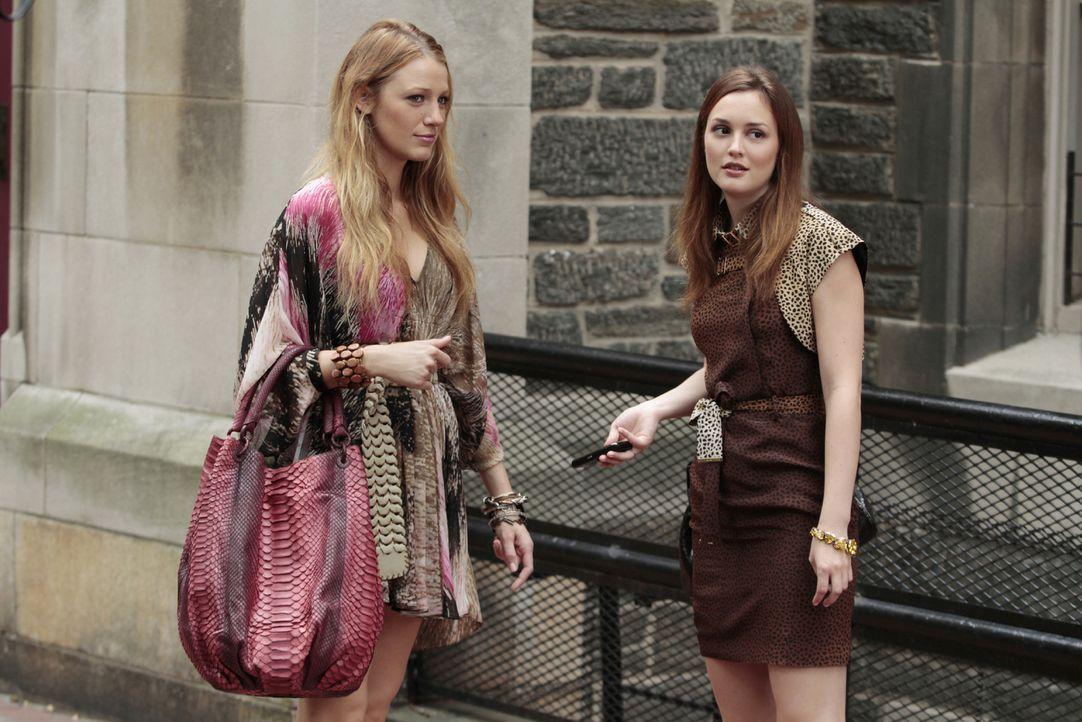 Serena (Blake Lively, l.) und Blair (Leighton Meester, r.) fangen am College an. Jedoch gibt es Probleme, als Serena nicht in das exklusive Hamilton... - Bildquelle: Warner Brothers