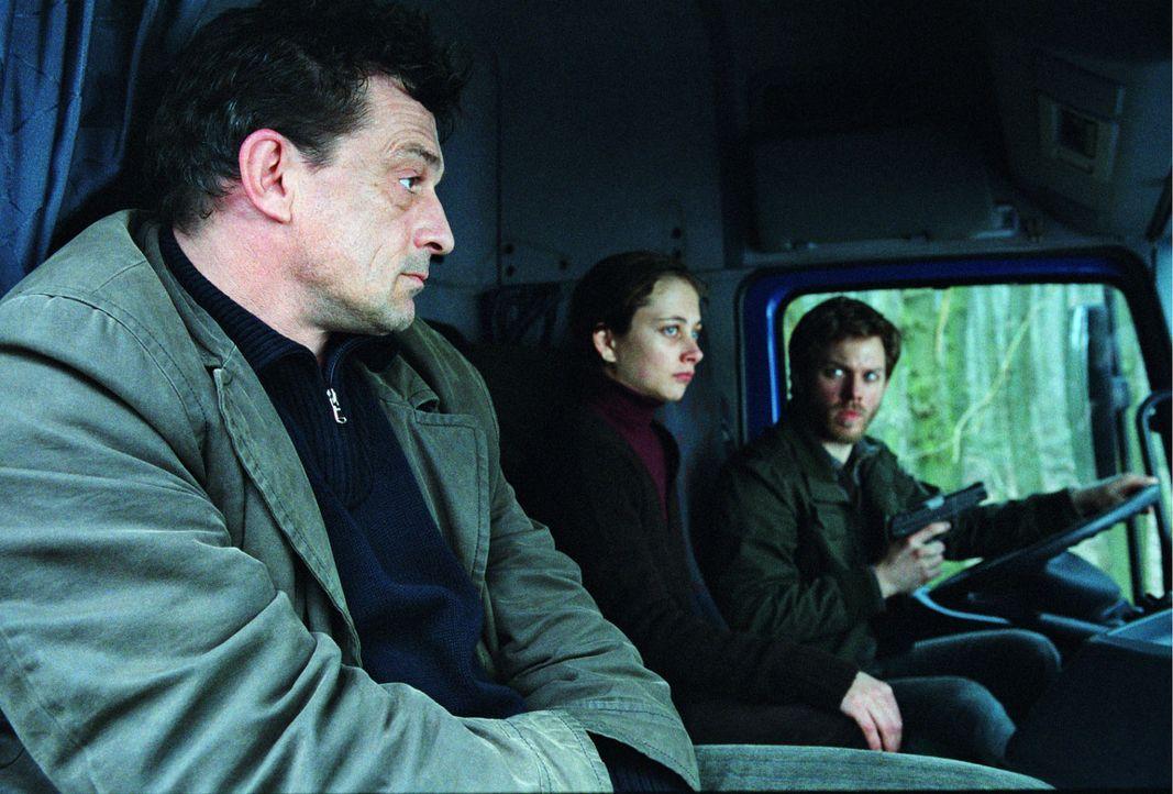 Florian (Steffen Schroeder, r.) fährt mit Franziska (Heike Warmuth, M.) und Steiner (Thomas Sarbacher, l.) an den Ort des damaligen Mordes. - Bildquelle: Thomas Kost Sat.1