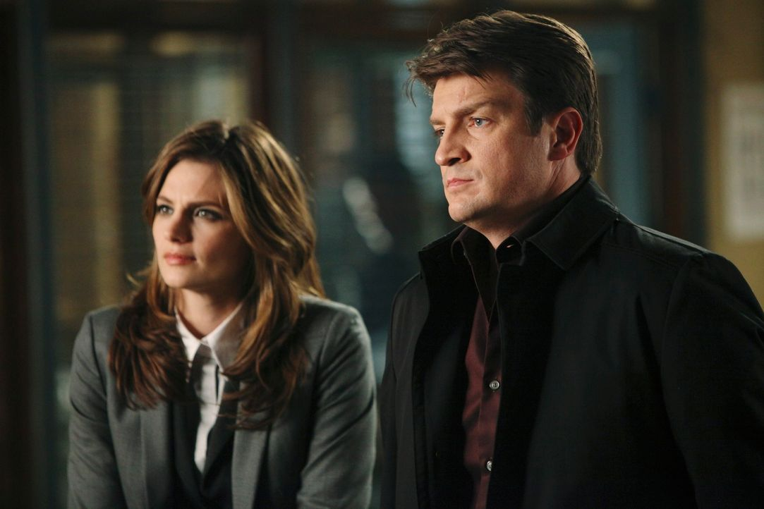 Richard Castle (Nathan Fillion, r.) und Kate Beckett (Stana Katic, l.) arbeiten gemeinsam an einem neuen Fall. - Bildquelle: 2010 American Broadcasting Companies, Inc. All rights reserved.