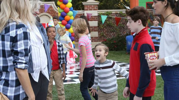 Während Mickey (Kaitlin Olson, l.), Sabrina (Sofia Black-D'Elia, r.) und Chip...