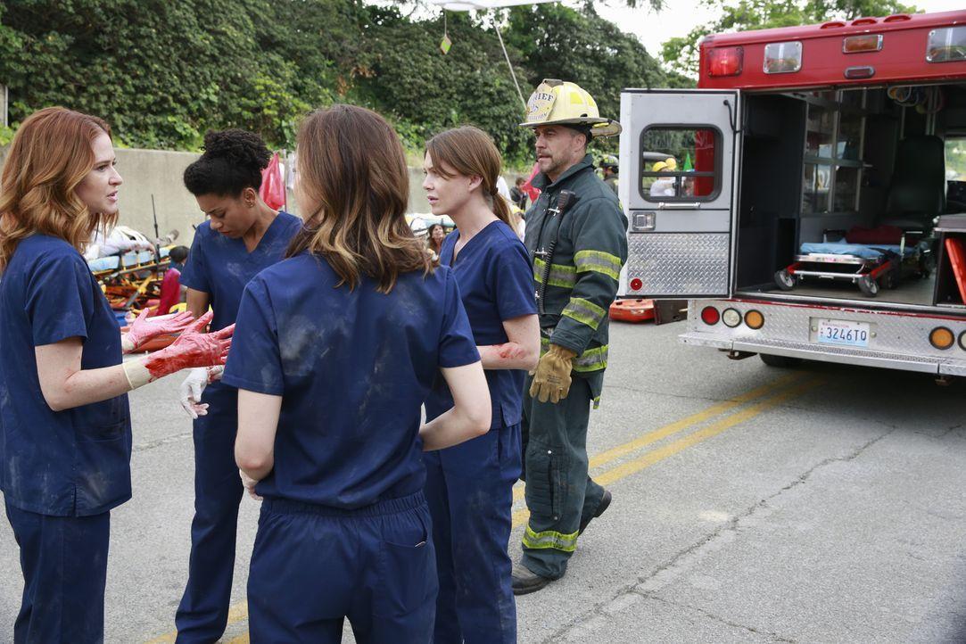 Während Owen in Erwägung zieht, was anderes in seinem Leben zu machen, kämpfen Hal (Robert Neary, r.), Meredith (Ellen Pompeo, 2.v.r.), Maggie (Kell... - Bildquelle: ABC Studios