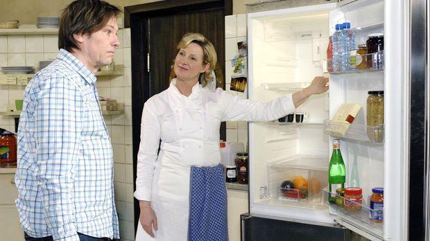 Susanne (Heike Jonca, r.) kann Armin (Rainer Will, l.) seinen Lapsus mit den...