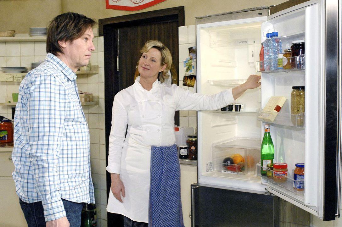 Susanne (Heike Jonca, r.) kann Armin (Rainer Will, l.) seinen Lapsus mit den Lebensmitteln nicht verzeihen und bestraft ihn mit Putzdienst. - Bildquelle: Oliver Ziebe Sat.1