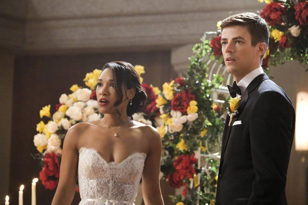 So hatten sich Iris (Candice Patton, l.) und Barry (Grant Gustin, r.) ihre Hochzeit nicht vorgestellt, denn gerade als all ihre Freunde in der Kirch... - Bildquelle: 2017 Warner Bros.