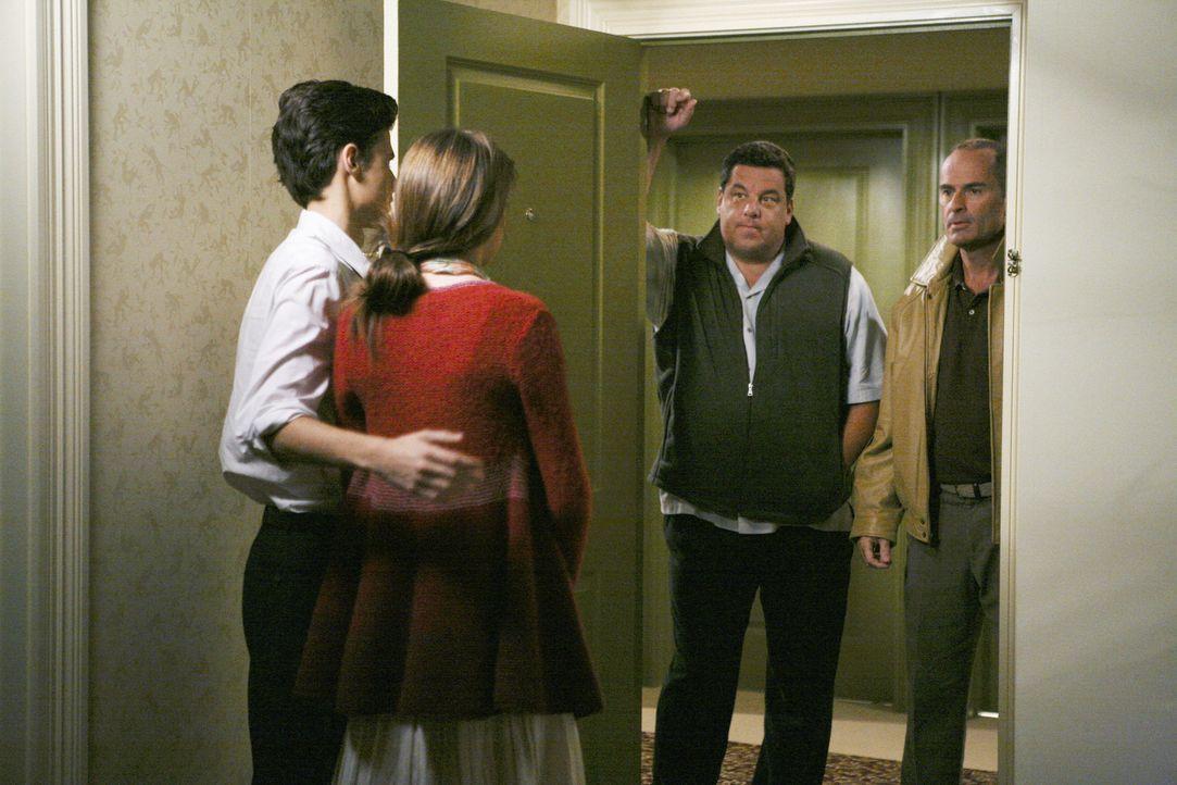 Amy (Shailene Woodley, 2.v.l.) und Ben (Ken Baumann, l.) sind überrascht als ihre Väter Leo (Steve Schirripa, 2.v.r.) und George (Mark Derwin, r.) p... - Bildquelle: 2008 DISNEY ENTERPRISES, INC. All rights reserved. NO ARCHIVING. NO RESALE.