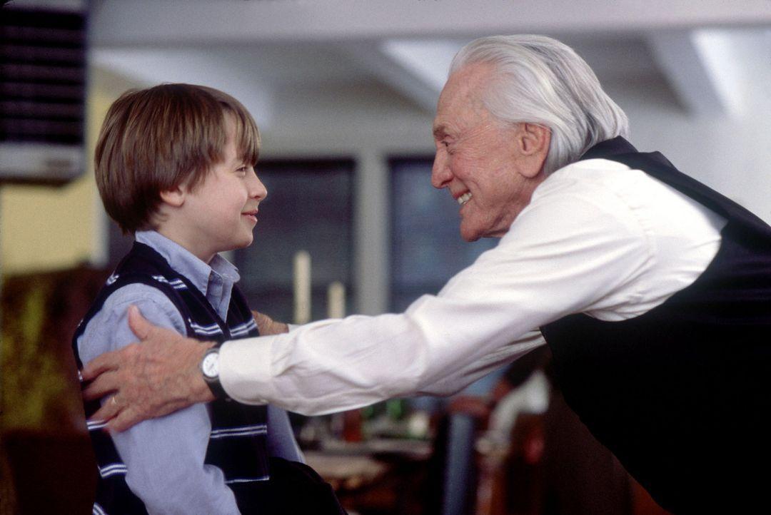Die New Yorker Familie Gromberg lebt mit drei Generationen in einem Haus. Der achtzigjährige Großvater und Jurist Mitchell (Kirk Douglas, r.) ist... - Bildquelle: Andrew Schwartz Buena Vista International