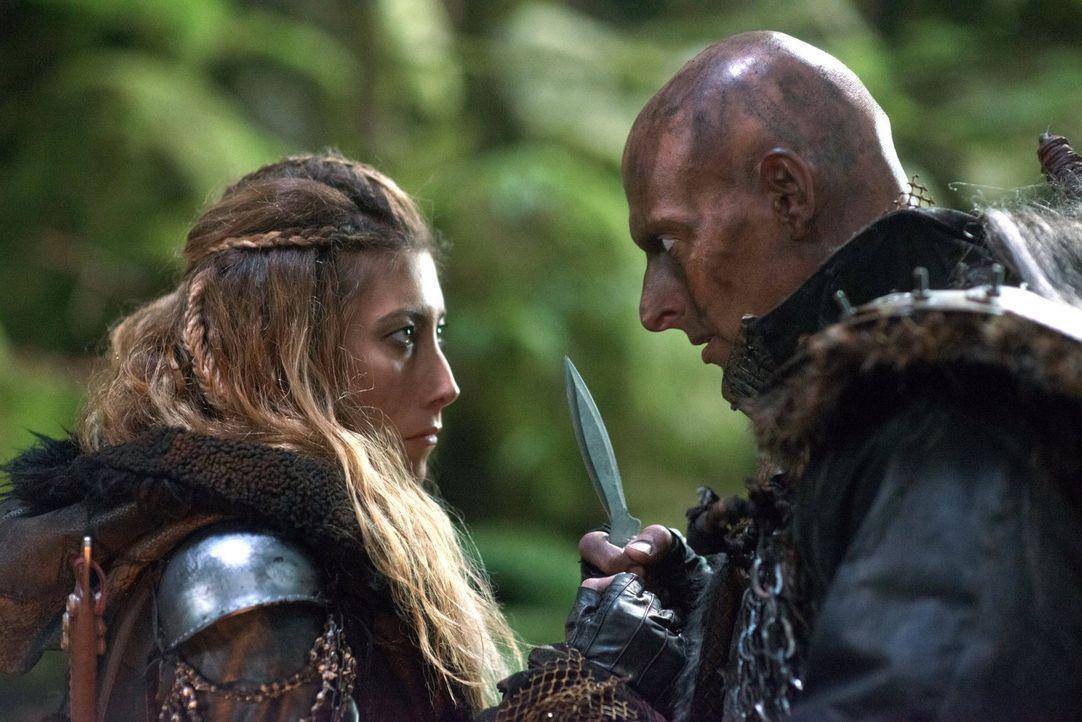 Als Tristan (Joseph Gatt, r.) plötzlich vor Anya (Dichen Lachman, l.) steht, bringt er für sie schlechte Nachrichten mit ... - Bildquelle: Warner Brothers