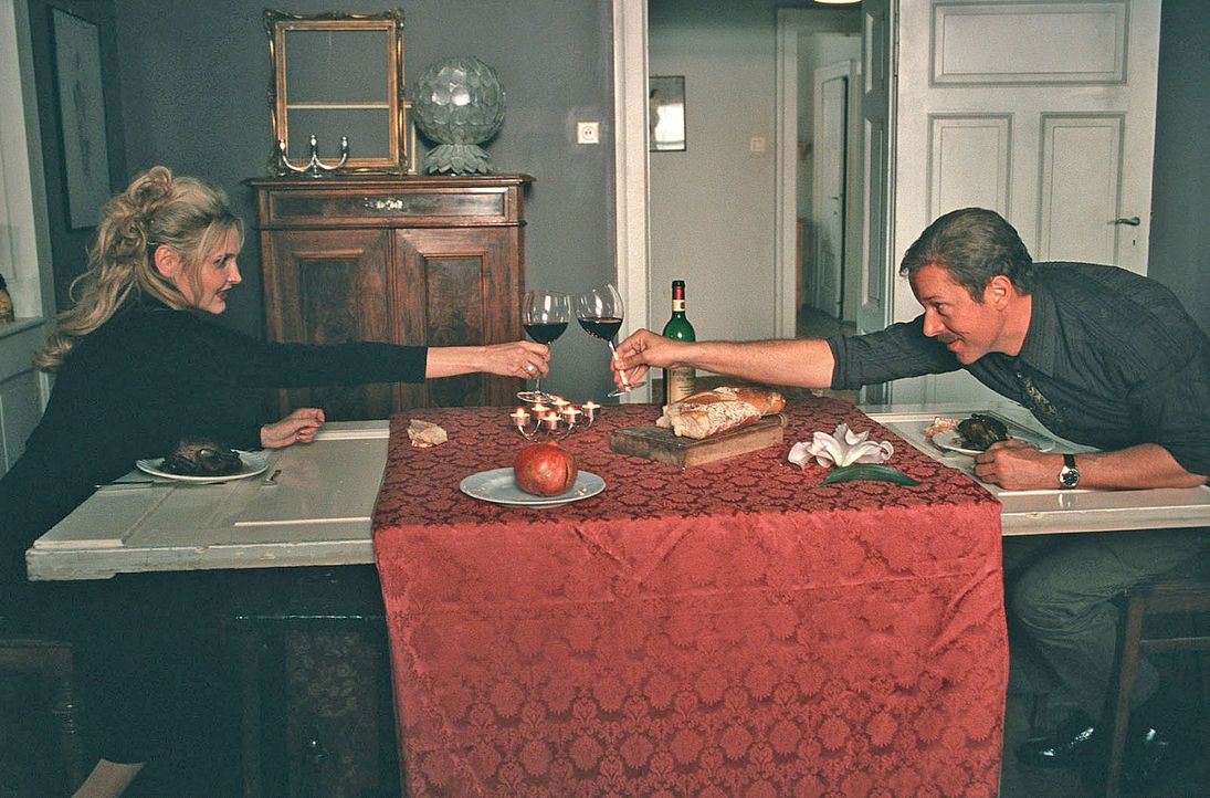 """Paul (Jochen Horst, r.) genießt ein romantisches Essen mit """"Isabelle"""" (Katharina Schubert, l.). - Bildquelle: Ronny Lang Sat.1"""