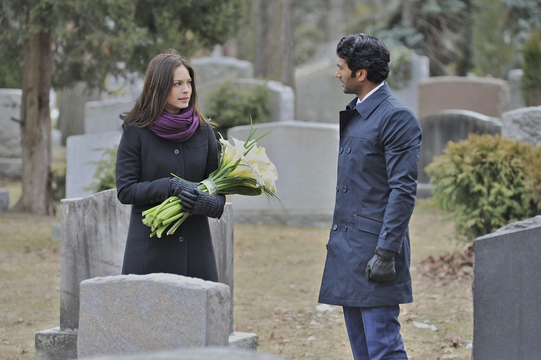 Zu Catherines (Kristin Kreuk, l.) Überraschung steht Gabe (Sendhil Ramamurthy, r.) vor dem Grab ihrer Mutter ... - Bildquelle: 2012 The CW Network, LLC. All rights reserved.