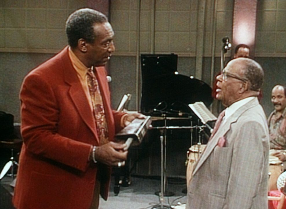 Cliff (Bill Cosby, l.) lässt sich von dem legendären Musiker Mario Bauza einige afrikanische Instrumente erklären. - Bildquelle: Viacom