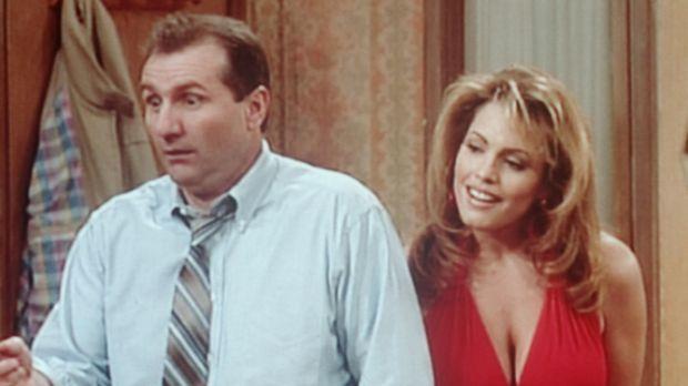 Al (Ed O'Neill, l.) frohlockt, denn die attraktive Naomi (Sandra Korn, r.) er...