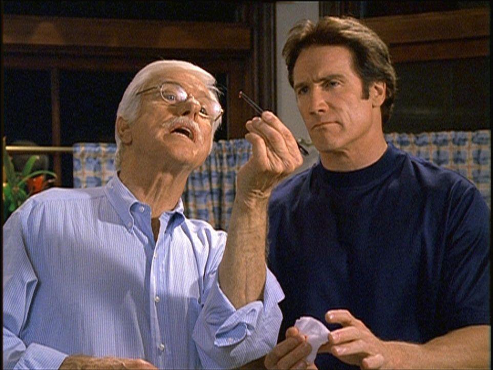 Mark (Dick Van Dyke, l.) zeigt Steve (Barry Van Dyke, r.) eine Kontaktlinse, die ein Hinweis auf den Mörder sein könnte. - Bildquelle: Viacom