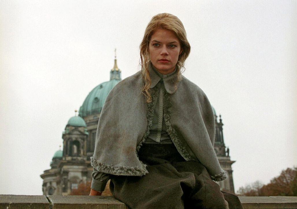 Die verzweifelte Anna Merthin (Annekathrin Bach) will sich von einer Brücke stürzen... - Bildquelle: Aki Pfeiffer Sat.1