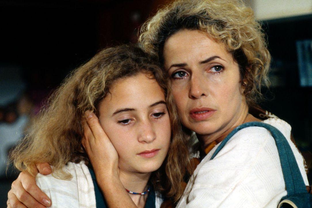 Renate Hausmann (Michaela May, r.) macht sich große Sorgen um ihre Tochter Alissa (Alexandra Schiffer, l.), die unter rätselhaften Beschwerden leide... - Bildquelle: Bernd Spauke Sat.1