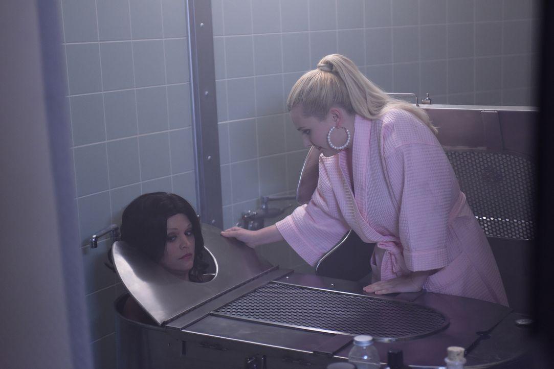 Chanel #5 (Abigail Breslin, r.) trifft eine Entscheidung, die nicht nur sie, sondern auch ihre Patientin Catherine Hobart (Cecily Strong, l.) in Gef... - Bildquelle: 2016 Fox and its related entities.  All rights reserved.