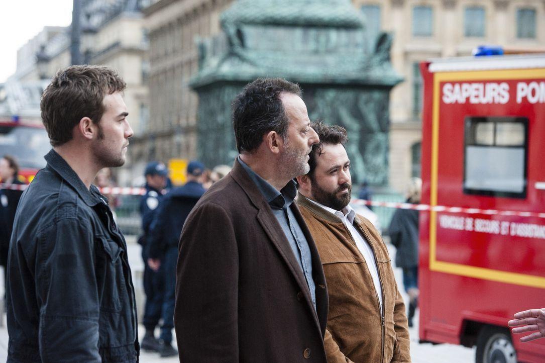 Bayard (Tom Austen, l.), Jo St-Clair (Jean Reno, M.) und Normand (Celyn Jones, r.) sind alle an einem von Touristen sehr beliebten Ort in Paris. Sie... - Bildquelle: Stéphanie Dupont Atlantique Productions