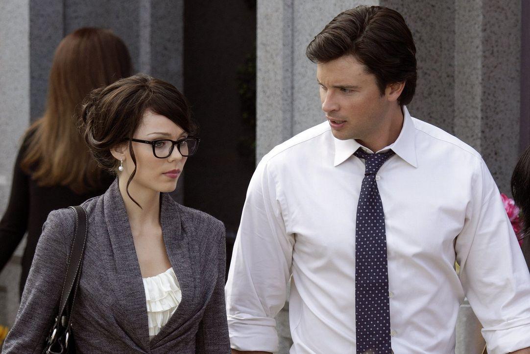 Wird Clark (Tom Welling, r.) den Rat seiner Cousine Kara (Laura Vandervoort, l.) annehmen und den Kampf gegen die dunkle Macht nicht alleine wagen? - Bildquelle: Warner Bros.