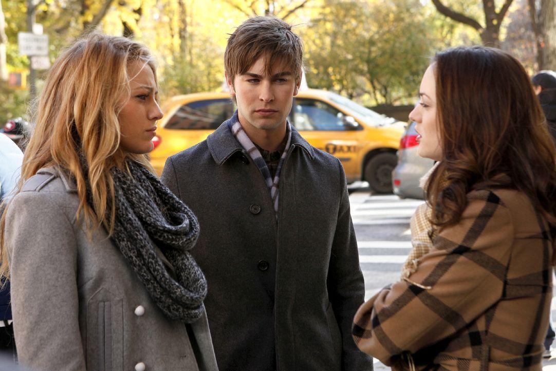 Blair (Leighton Meester, r.) hat das Gefühl, dass Chuck sich immer mehr verschließt und bittet deshalb Serena (Blake Lively, l.) und Nate (Chace Cra... - Bildquelle: Warner Brothers
