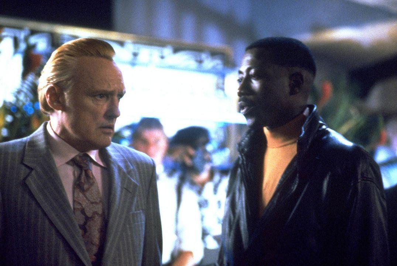 Die Falle schnappt zu: Der Gangster Red (Dennis Hopper, l.) geht dem Polizist Jimmy (Wesley Snipes, r.) und dessen Kollegen ins Netz ... - Bildquelle: Warner Bros.