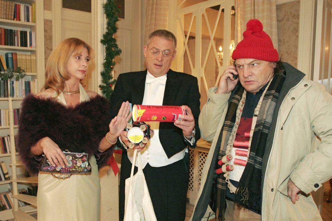 Bernd (Volker Herold, r.) findet auch bei Laura (Olivia Pascal, l.) und Friedrich (Wilhelm Manske, M.) Seidel keine Begeisterung für seine Silvester... - Bildquelle: Noreen Flynn Sat.1