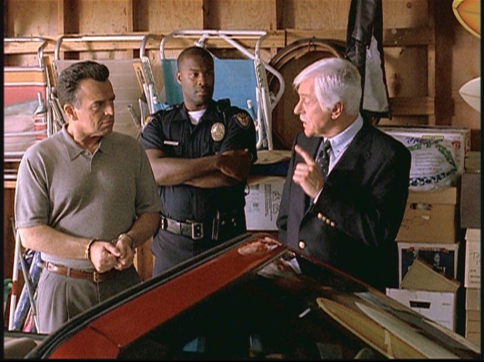 Mark Sloan (Dick Van Dyke, r.) fühlt John (l.), dem Mann einer alten Freundin, auf den Zahn. Er wird verdächtigt, seinen Nachbarn umgebracht zu habe... - Bildquelle: Viacom