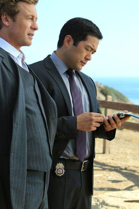 Versuchen, den Mord an der Journalistin Cassie Flood aufzuklären: Patrick (Simon Baker, l.) und Kimball (Tim Kang, r.) ... - Bildquelle: Warner Bros. Television
