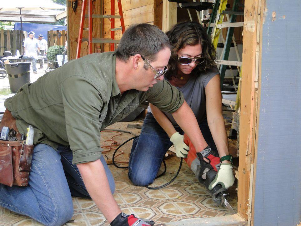 Josh Temples (l.) neuestes Projekt: In Memphis soll das veraltete Familienzimmer von Wendy Holmes (r.) und ihrer Familie in einen luxuriösen Raum ve... - Bildquelle: 2012, DIY Network/Scripps Networks, LLC. All Rights Reserved.