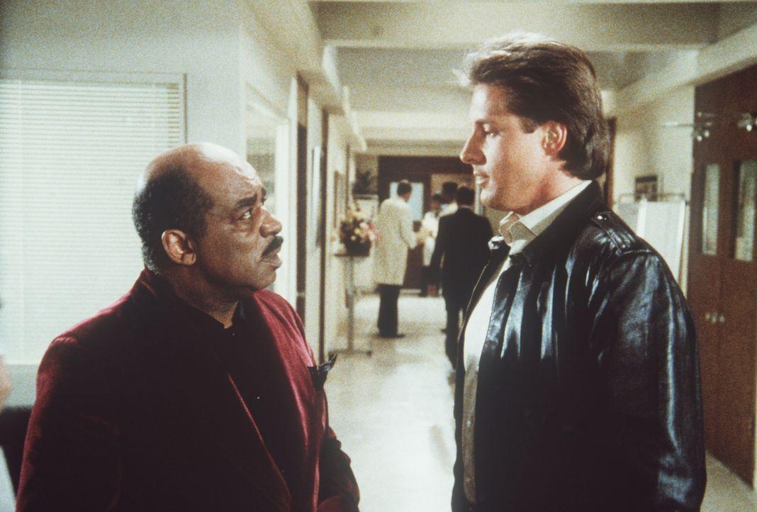 Billy (Mel Stewart, l.) und Lee (Bruce Boxleitner, r.) versuchen zu verhindern, dass sich die Russen einen Inselstaat aneignen ...