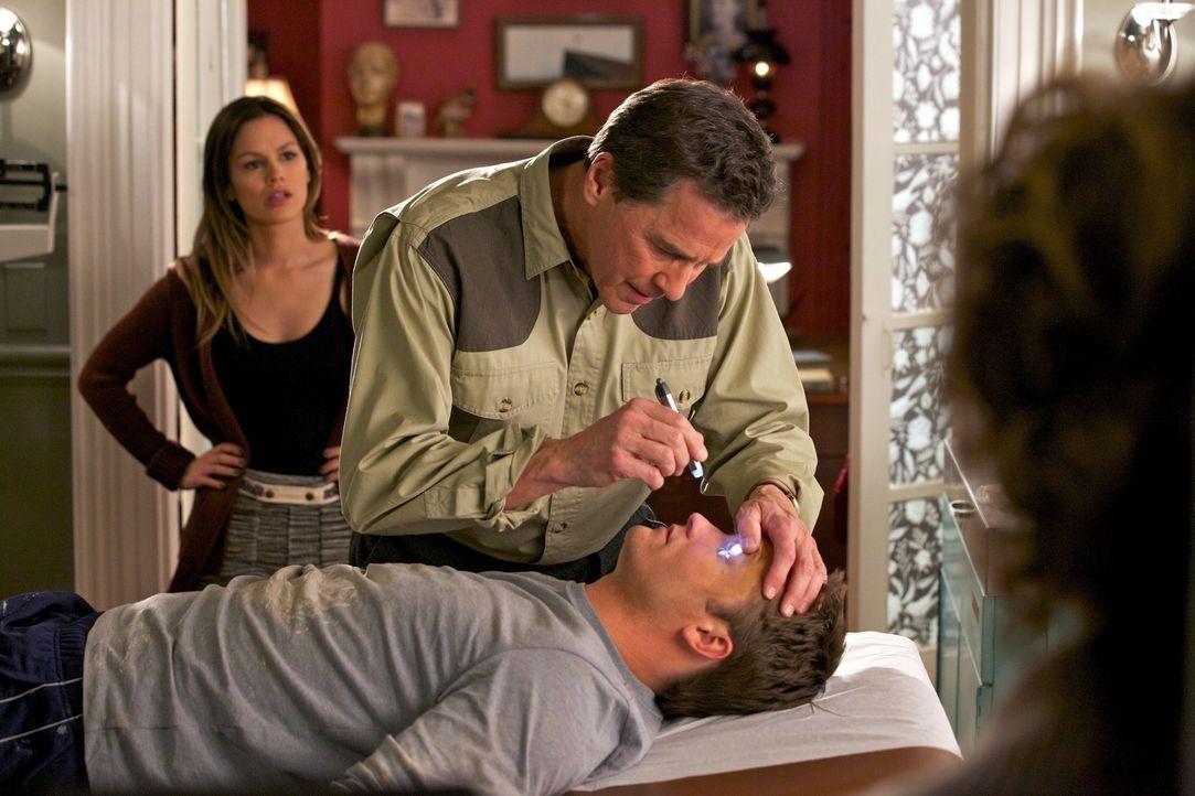 Die neue Konkurrentin Dr. Zoe Hart (Rachel Bilson, l.) kommt Dr. Brick Breeland (Jaime King, M.) mehr als ungelegen ... - Bildquelle: Warner Bros.