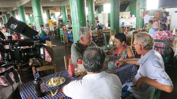 Anthony Bourdain (l.) stattet Paraguay einen Besuch an und erkundet, wie sich...