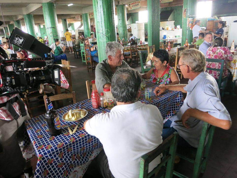 Anthony Bourdain (l.) stattet Paraguay einen Besuch an und erkundet, wie sich die buntgemischte Gesellschaft zusammensetzt und welche kulinarischen... - Bildquelle: 2014 Cable News Network, Inc. A TimeWarner Company All rights reserved