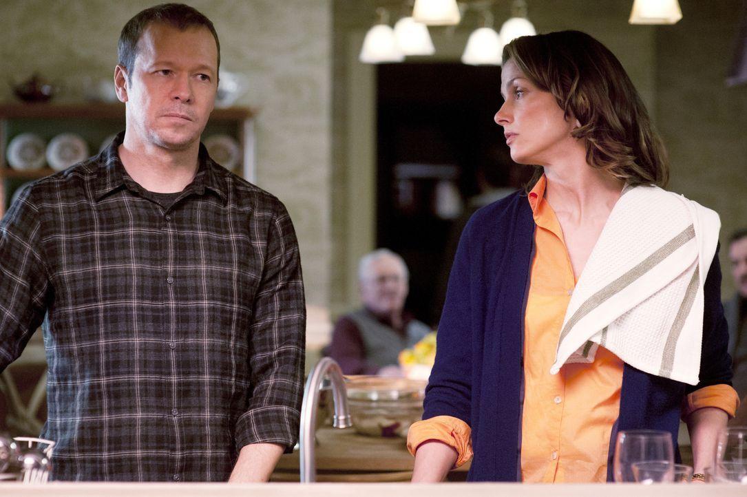 Da der Fall so persönlich wurde, streiten sich Erin (Bridget Moynahan, r.) und Danny (Donnie Wahlberg, l.) auch beim Sonntagessen der Familie exzess... - Bildquelle: Jojo Whilden 2011 CBS Broadcasting Inc. All Rights Reserved