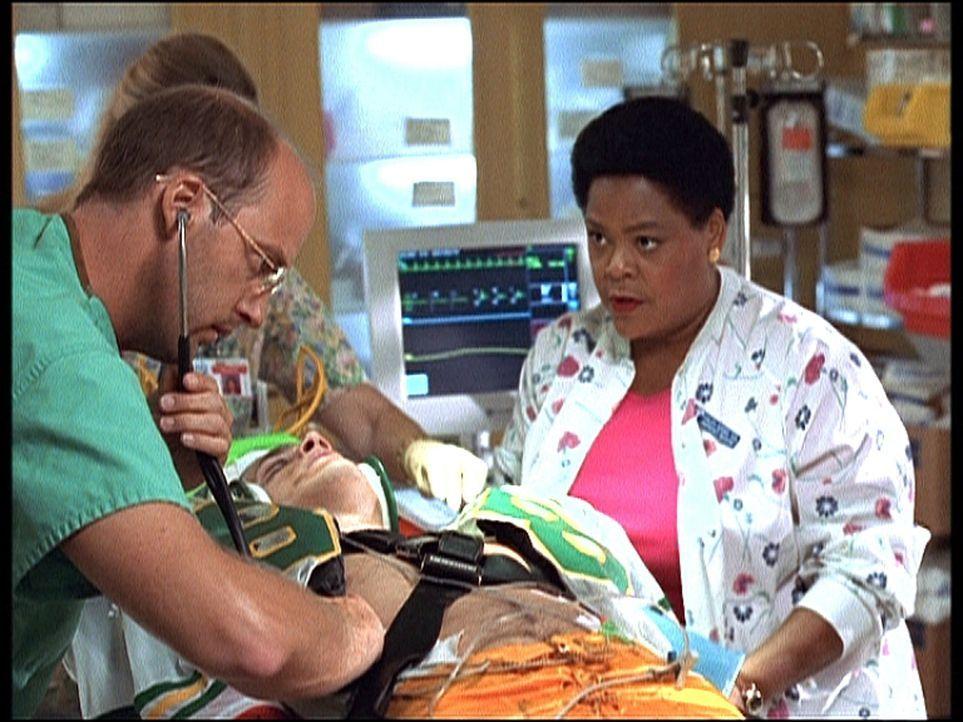 Durch ein Missgeschick Dr. Greenes (Anthony Edwards, l.) ist Patient Mike (Wentworth Miller, liegend) in höchster Gefahr. Haleh (Yvette Freeman, r.)... - Bildquelle: TM+  2000 WARNER BROS.