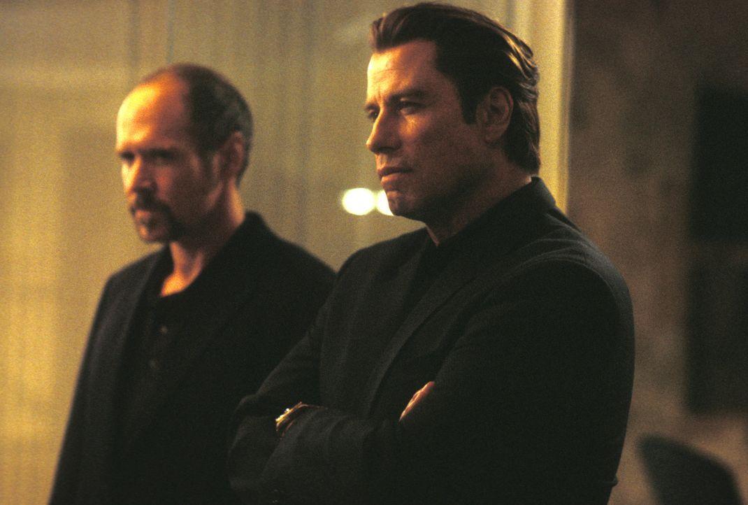 Das Leben von Frank Castle ist zu Ende. Gangster haben im Auftrag von Unterweltboss Howard Saint (John Travolta, r.) seine Familie umbringen lassen.... - Bildquelle: Sony Pictures Television International. All Rights Reserved.